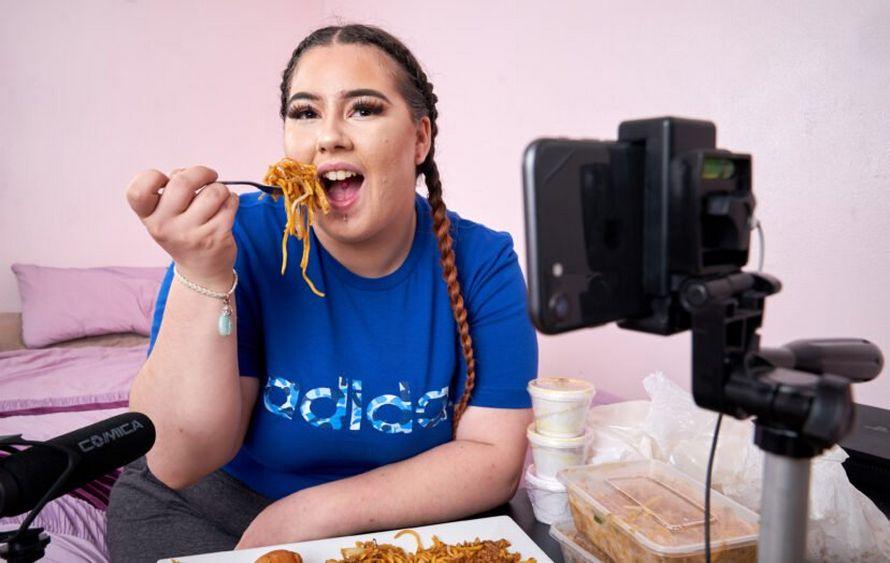 Cette femme a quitté son travail à plein temps pour faire des vidéos d'elle qui mange des repas à emporter