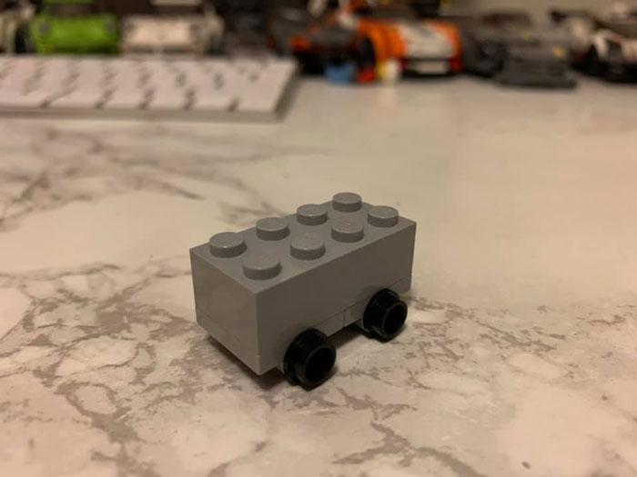 LEGO a créé son propre design de camion incassable dans une tentative hilarante de se moquer de Tesla