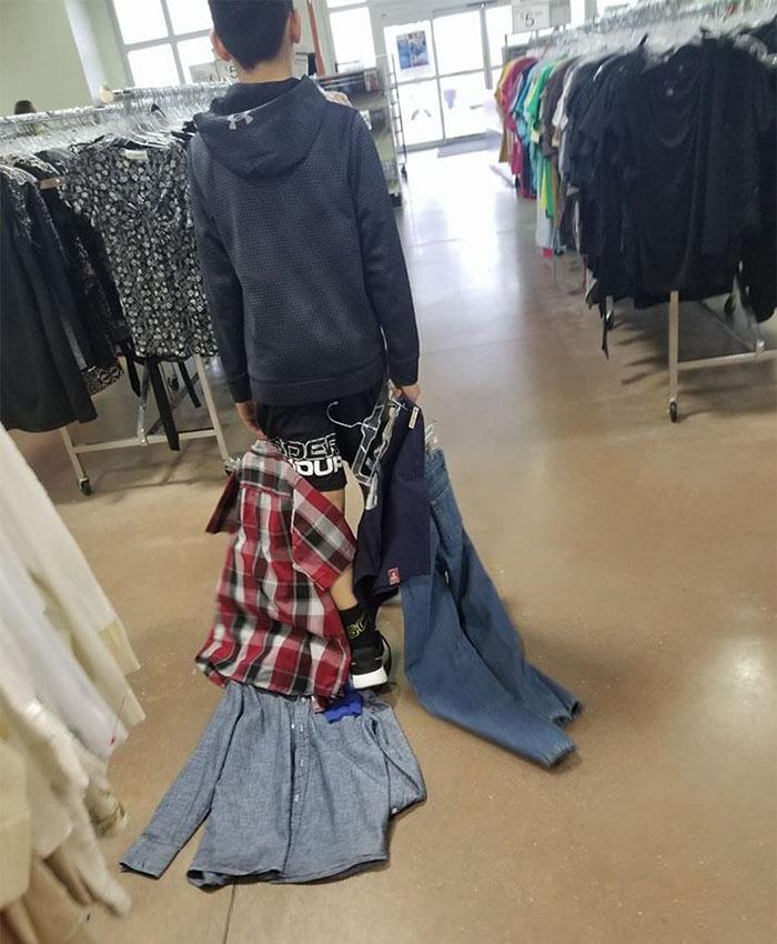 Un garçon de 13 ans se moquait des enfants pauvres, alors sa mère lui a fait porter des vêtements usagés pendant une semaine