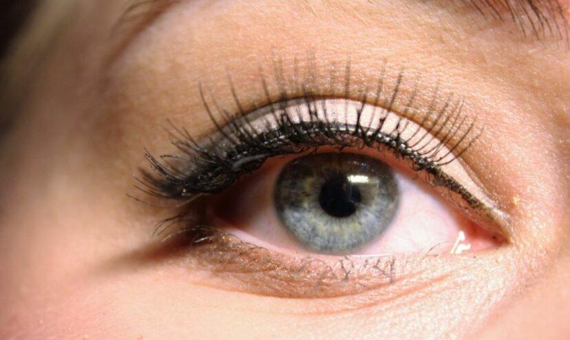 Les poux de cils sont de plus en plus courants dans les extensions de cils, préviennent les médecins