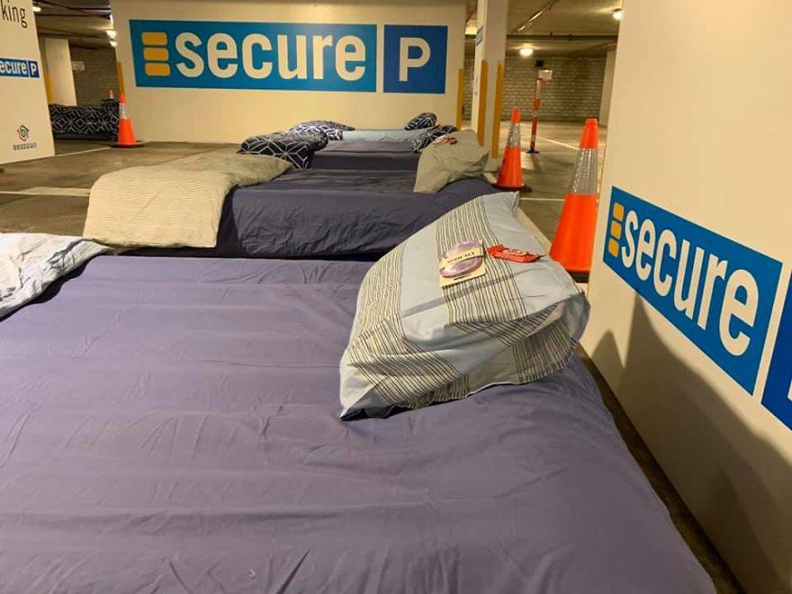 Ce stationnement est transformé en refuge pour sans-abris la nuit