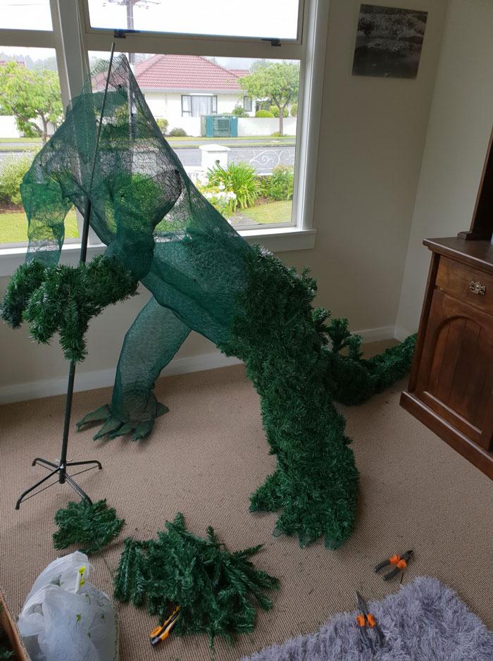 Un homme a utilisé des articles ménagers pour construire un magnifique arbre de Noël Godzilla qui crache de la fumée