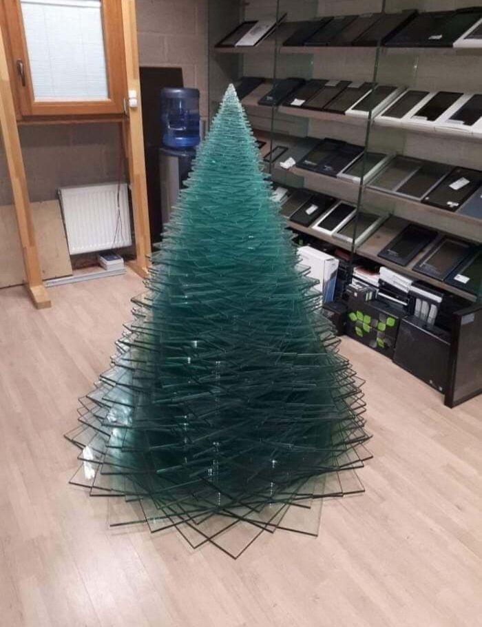 Voici comment des employés de différentes industries ont décoré leur lieu de travail avec des arbres de Noël très appropriés (22 images)