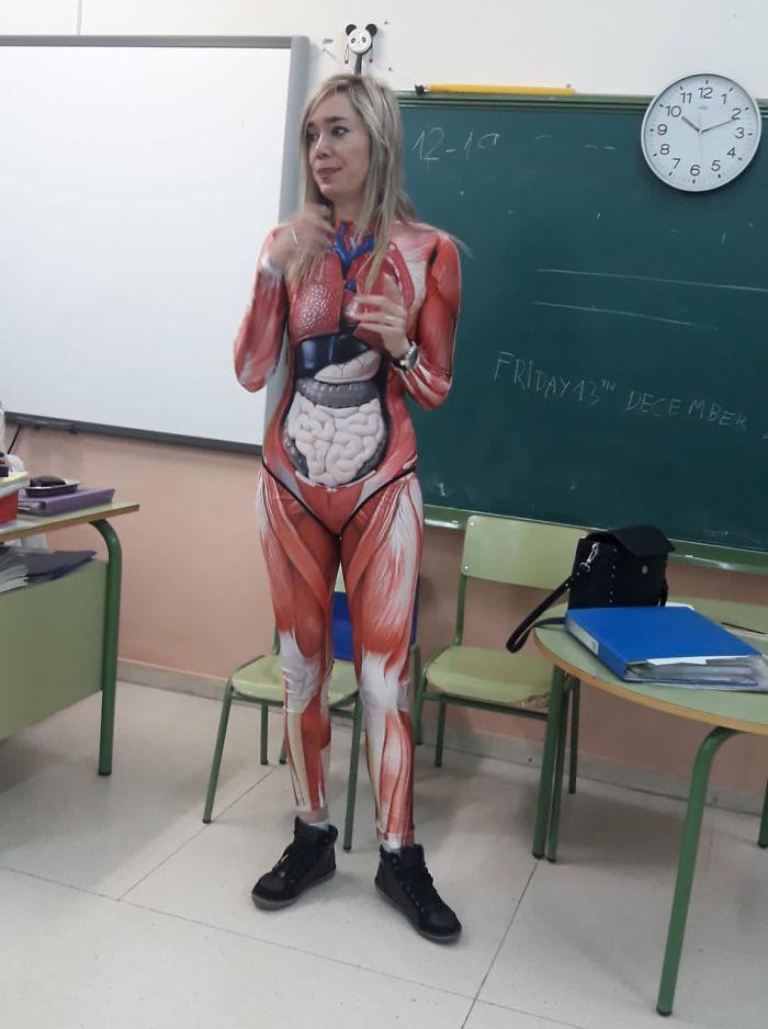 Cette enseignante a donné un cours d'anatomie vêtue d'une combinaison qui montre le corps humain en détail