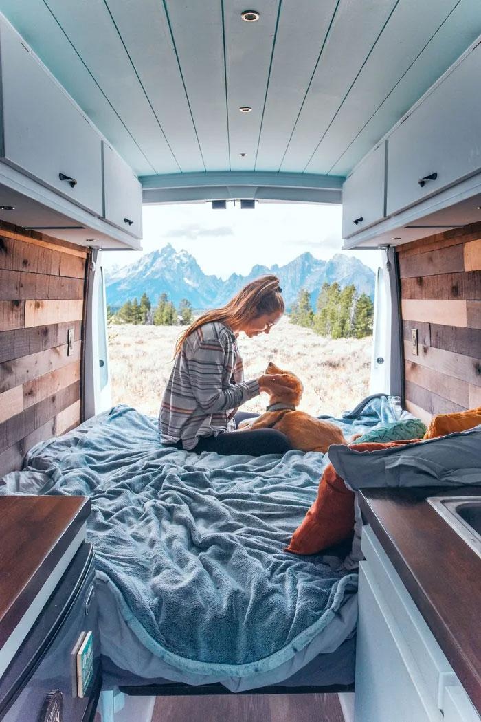 Cette femme de 24 ans a laissé son petit ami, quitté son emploi et vit maintenant dans un van avec son chien