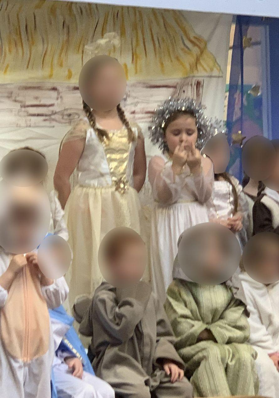 Cette fille a fait un doigt d'honneur à la foule pendant tout le spectacle de nativité
