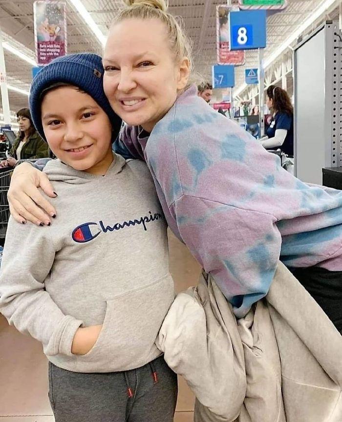 Une femme a payé les factures de tout le monde chez Walmart, affirmant qu'elle avait gagné à la loterie, et il s'avère que c'était Sia