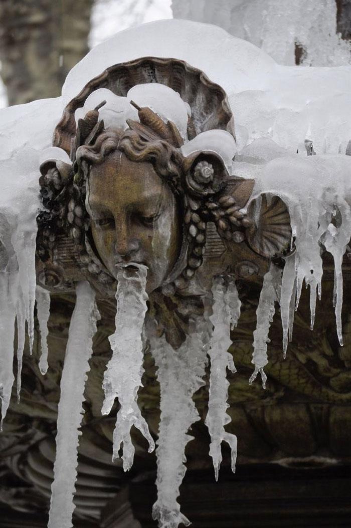Des gens partagent des photos de statues qui «vomissent» et voici 12 images les plus hilarantes