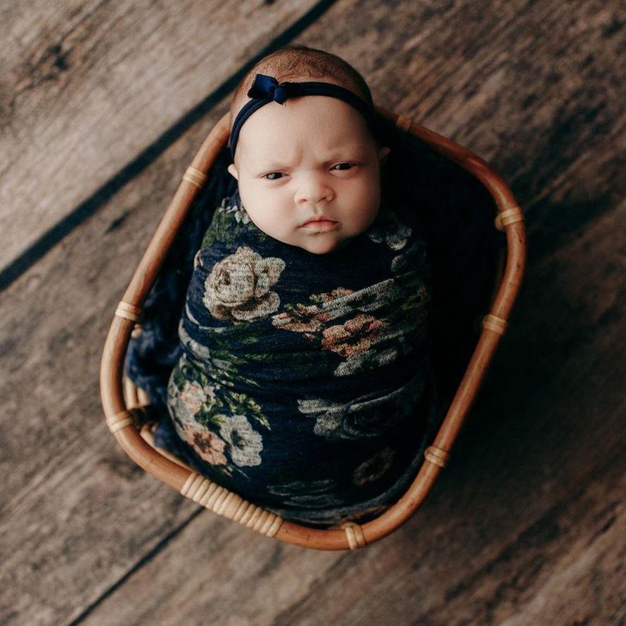 Cette fille nouveau-née a lancé un sale regard lors d'une séance photo, et c'est peut-être le meilleur truc que tu verras aujourd'hui