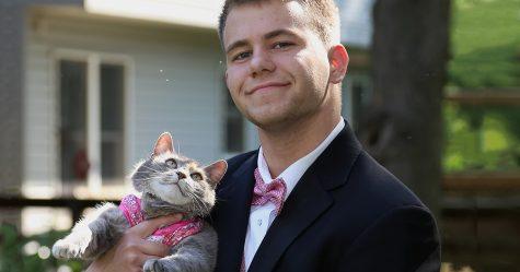 Ce gars était incapable de se trouver une cavalière pour le bal, alors il a emmené sa chatte à la place