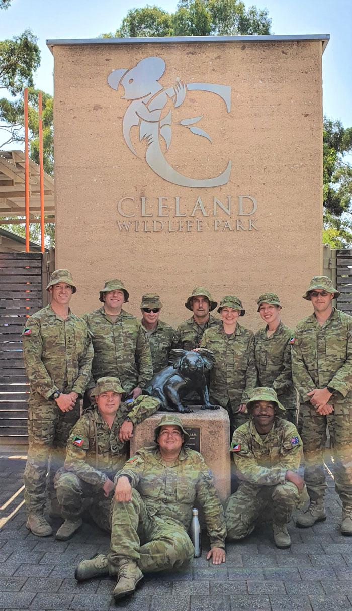 Des soldats de l'armée australienne passent leur temps de repos à s'occuper des koalas touchés par les feux de forêt
