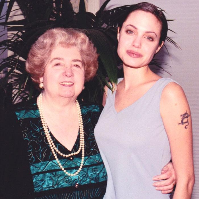 Quelqu'un a trouvé un album photo montrant une femme avec des stars d'Hollywood dans un magasin d'occasion et c'est comme une machine à voyager dans le temps (33 images)