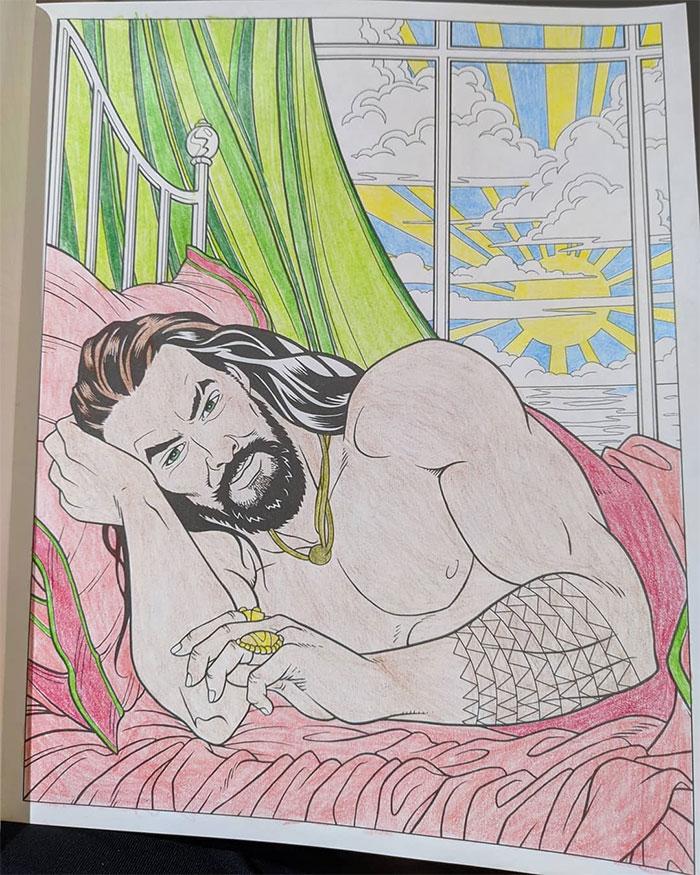 Il existe un livre de coloriage de Jason Momoa et il est censé réduire le stress