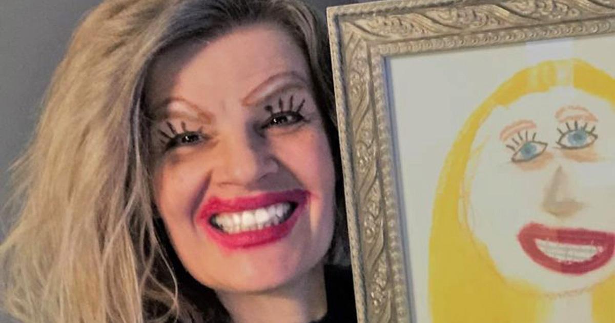 Cette maman a publié un selfie hilarant où elle pose à côté du dessin de sa fille
