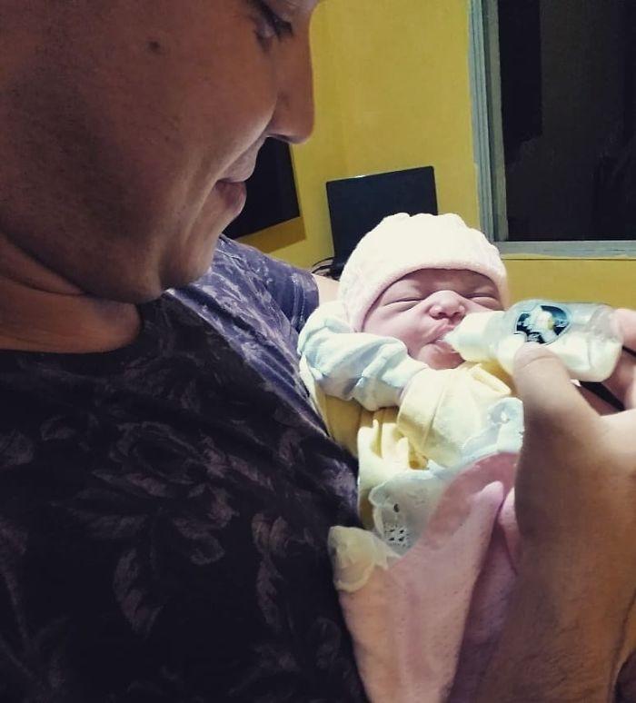 Ce papa a passé des mois à parler à son bébé dans le ventre de sa mère, et il a réagi à sa voix avec le plus grand sourire après la naissance