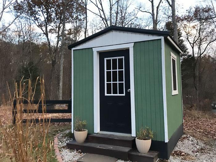 Une famille construit un petit village privé où les ados ont chacun leur maison et ils montrent ce qui se trouve à l'intérieur