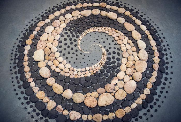 Cet artiste crée de superbes motifs avec des pierres à la plage et il trouve cela très thérapeutique (30 images)