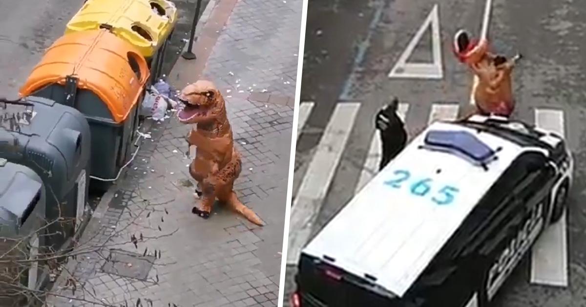 La police a attrapé un homme dehors en costume de t-rex pendant le confinement du coronavirus en Espagne