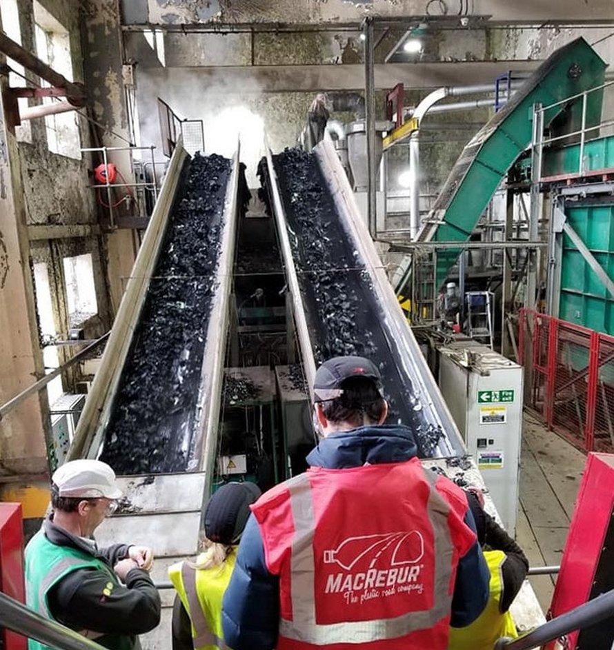 Cette entreprise transforme les bouteilles de plastique en routes et elles pourraient durer 3 fois plus longtemps que l'asphalte
