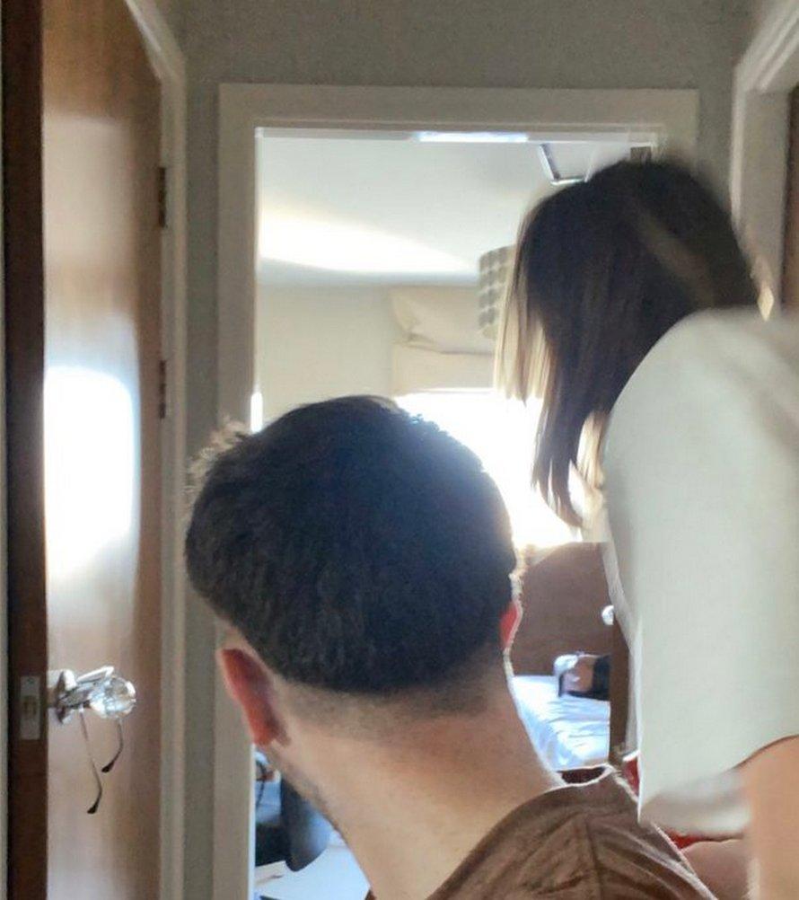 Des filles qui s'ennuient coiffent leurs petits amis des pires façons possible pendant le confinement