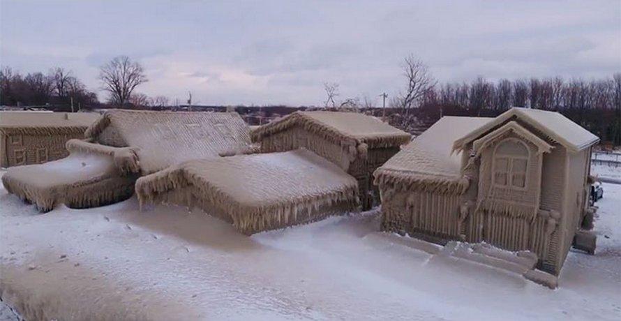 Les maisons des gens près du lac Érié sont couvertes de glace épaisse et ils disent que c'est presque irréel