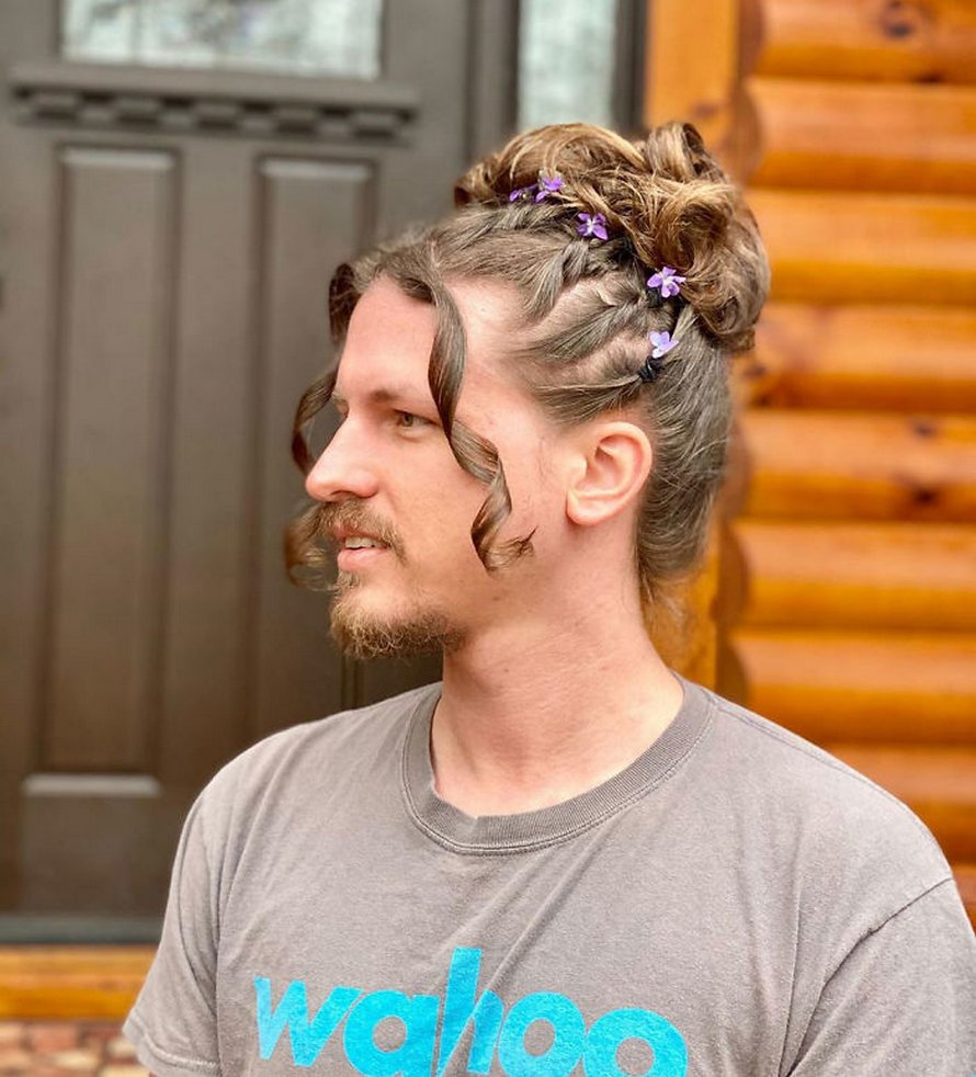 Ce petit ami laisse sa copine coiffeuse en quarantaine faire des expériences avec ses cheveux et voici ses meilleures coiffures
