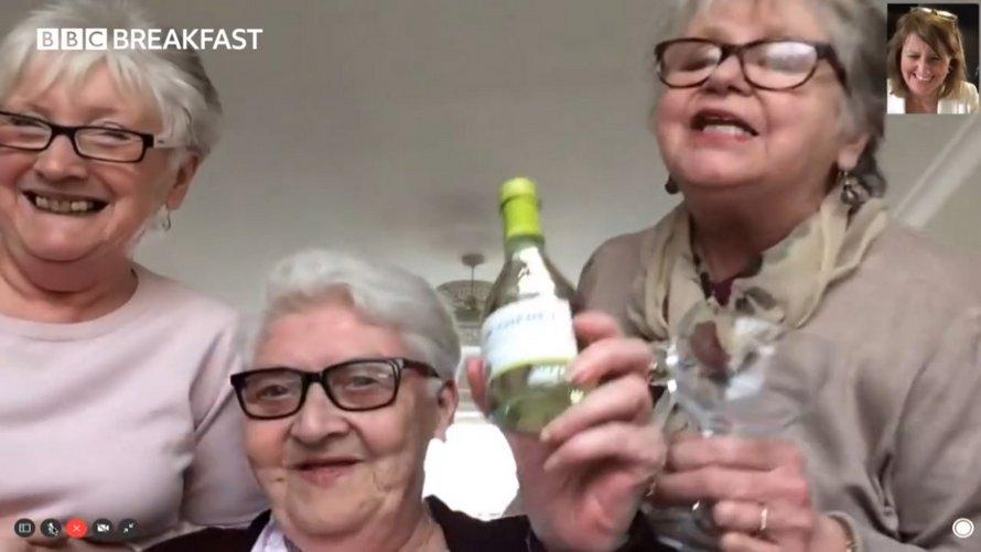 Trois femmes âgées ont emménagé ensemble, car elles ne voulaient pas se confiner seules