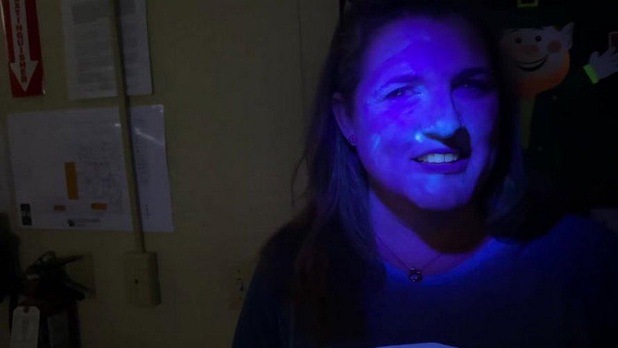 Un ancien ingénieur de la NASA a utilisé une poudre luminescente pour montrer à quelle vitesse les germes peuvent se propager