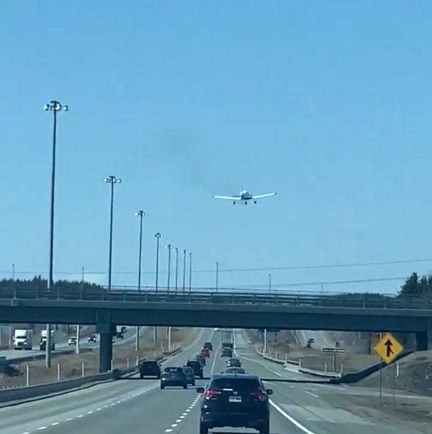 Un avion vient d'atterrir sur une autoroute au Québec et les conducteurs sont restés très calmes