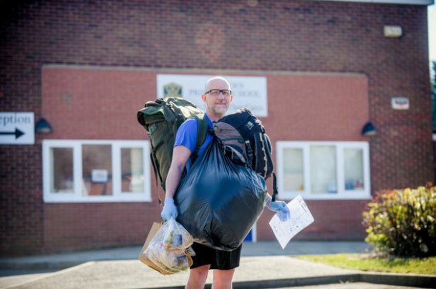 Cet enseignant marche 8 kilomètres par jour pour livrer 18 kilos de nourriture gratuite à 78 élèves pendant le confinement