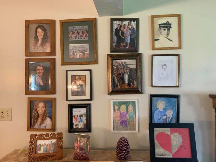 Une fille a remplacé ses photos de famille une à une par des dessins au crayon et ses parents n'ont rien remarqué pendant 11 jours