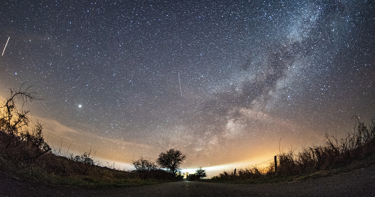 Pluie d'étoiles filantes dans le ciel ! Voyez quand