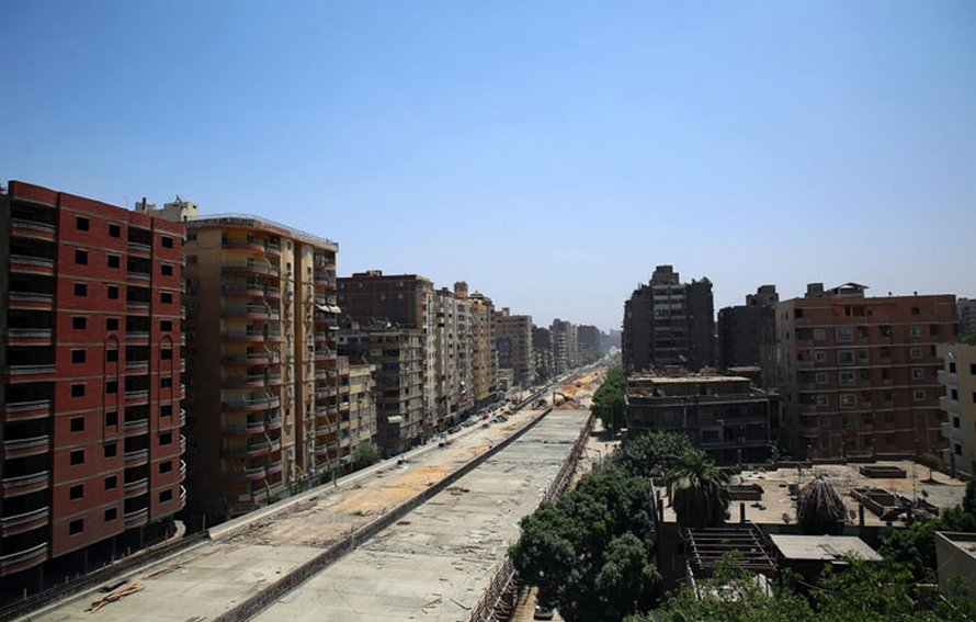 Une autoroute a été construite en plein milieu d'un quartier résidentiel par le gouvernement égyptien