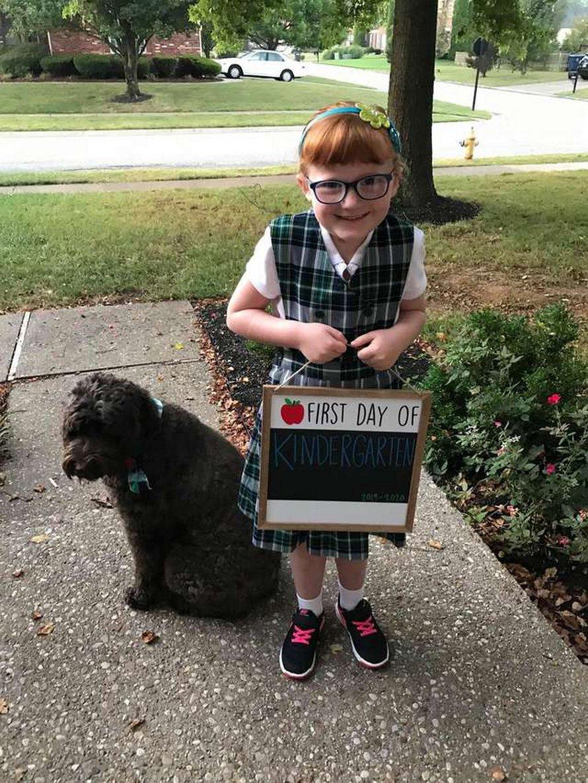 Une chienne d'assistance obtient une place dans l'album de l'école à côté de sa petite fille préférée