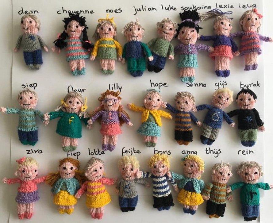 Les élèves de cette enseignante lui manquaient tellement qu'elle a tricoté de petites poupées des 23 enfants de sa classe