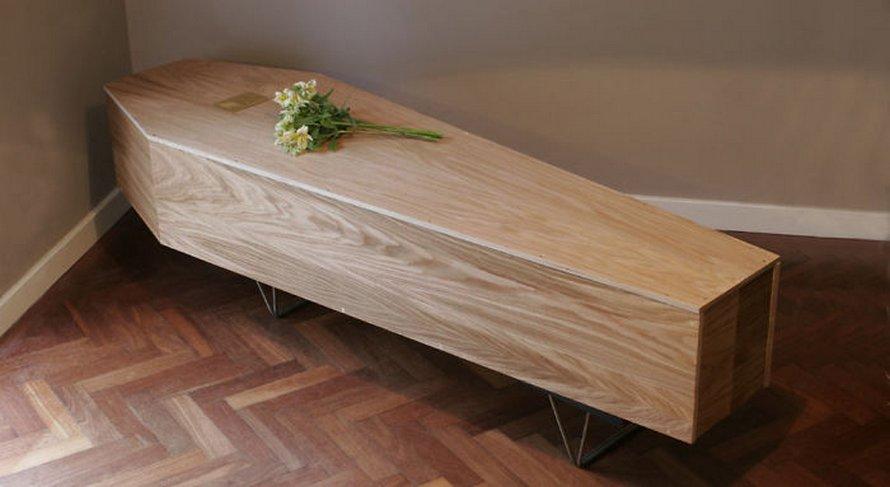 Ces étagères écoresponsables se remontent pour devenir votre cercueil après votre décès