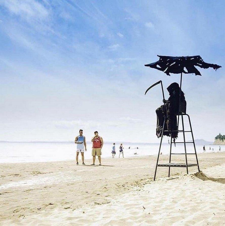 Un homme déguisé en Faucheuse apparaît à la télé en direct pour protester contre l'ouverture des plages en Floride