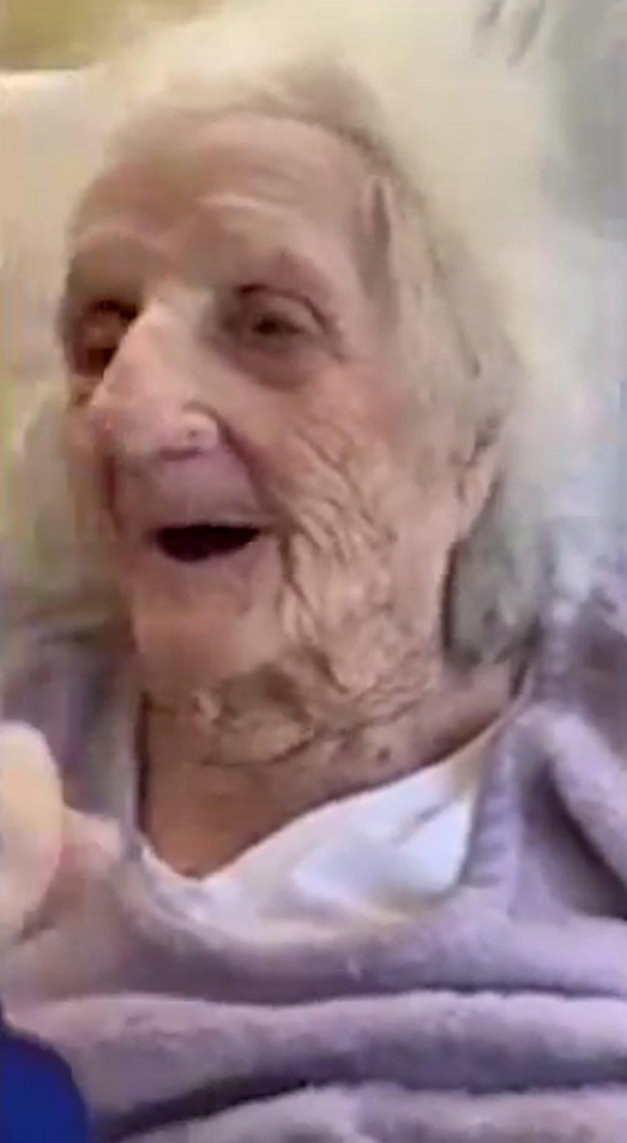 Une arrière-arrière-grand-mère de 103 ans guérit de la COVID-19 et célèbre en buvant une bière