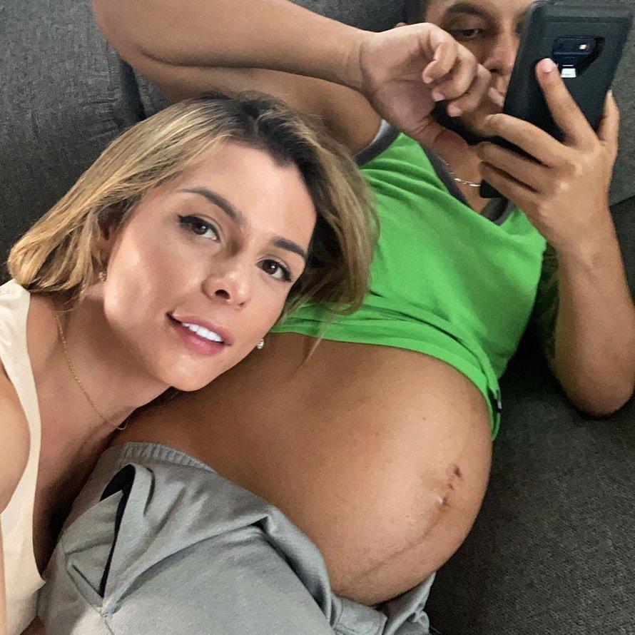 Une mannequin trans partage le moment incroyable où elle embrasse le ventre de son mari enceinte de 8 mois