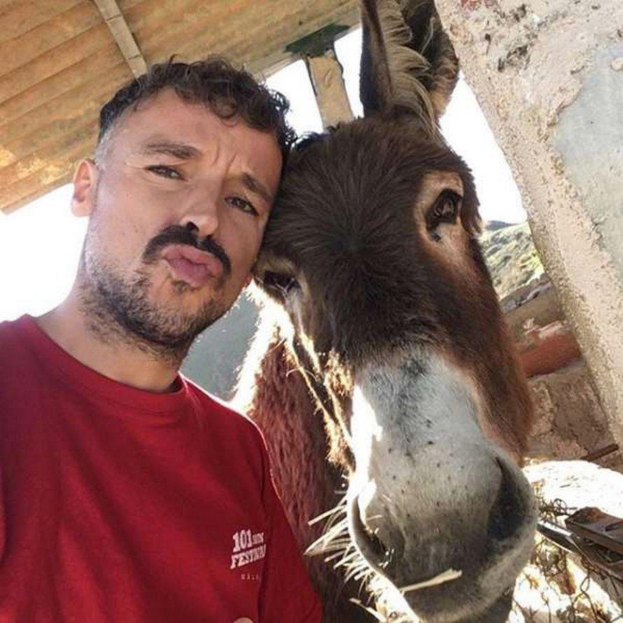 Un homme et un âne pleurent de joie en se retrouvant après le confinement