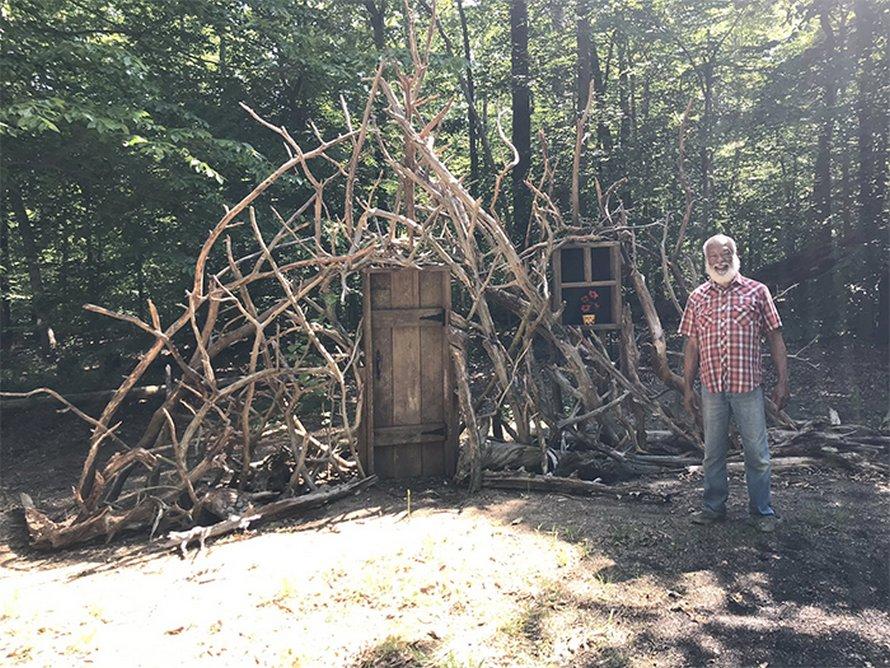 Mariés depuis 30 ans, David et David construisent un «portail vers l'imagination» dans leur arrière-cour pendant le confinement