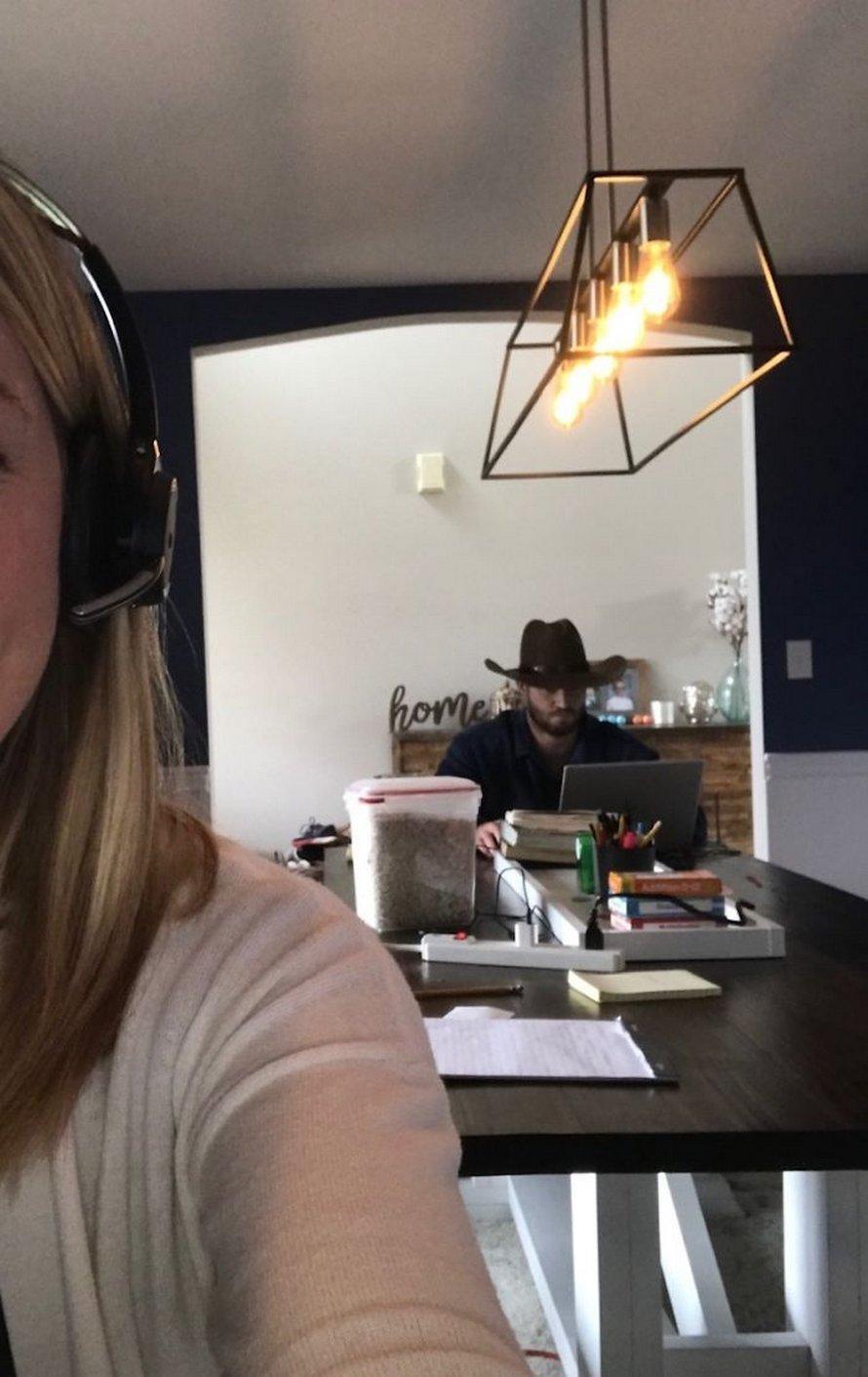 Un mari n'arrête pas d'essayer d'embarrasser sa femme en s'incrustant dans ses appels Zoom de façon hilarante