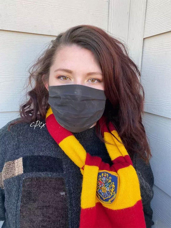 Une femme crée un masque d'Harry Potter sur lequel apparaît la Carte du Maraudeur lorsque vous respirez