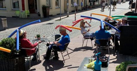 Un café en Allemagne donne des chapeaux avec des frites de piscine aux clients pour favoriser la distanciation sociale
