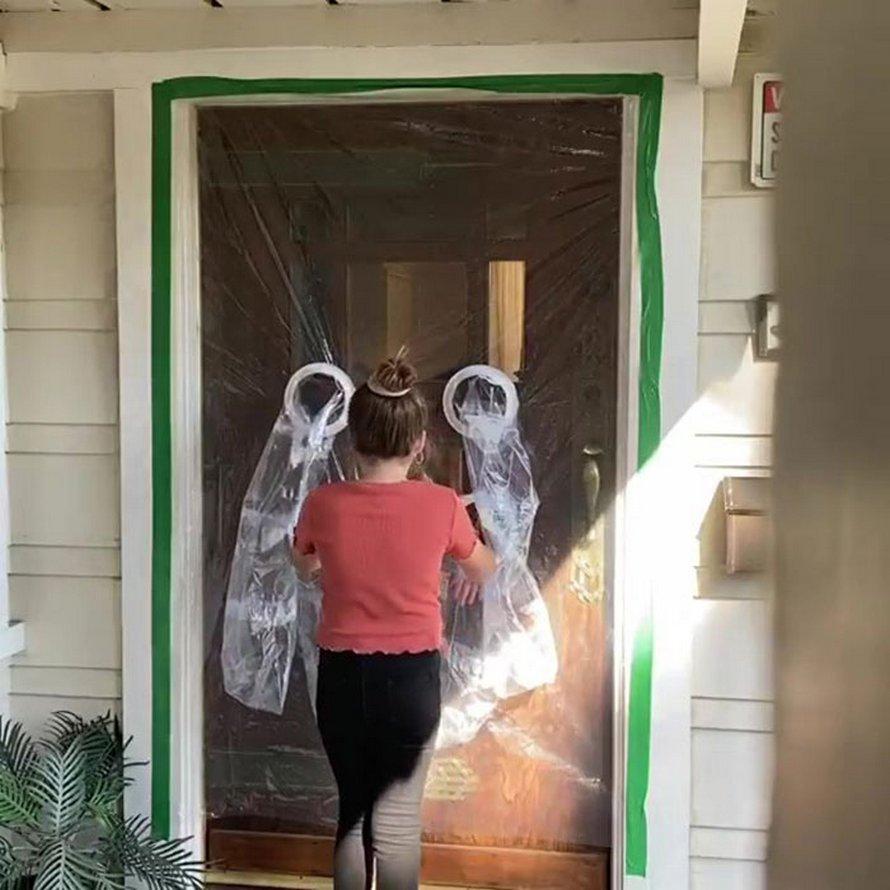 Une fillette de 10 ans conçoit un rideau en plastique pour pouvoir faire des câlins à ses grands-parents en toute sécurité pendant le confinement