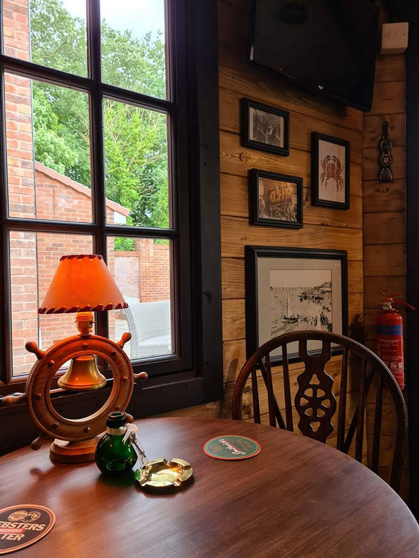 Un couple construit un petit bar dans son jardin et l'intérieur fait à la main émerveille les gens