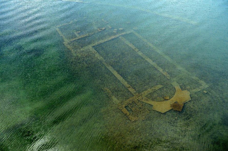 Une église réapparaît au fond d'un lac après 1600 ans alors que le confinement élimine la pollution