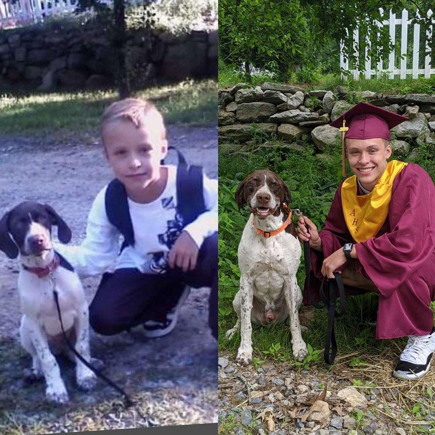 Un garçon récemment diplômé et son chien bien-aimé recréent une photo de son premier jour d'école