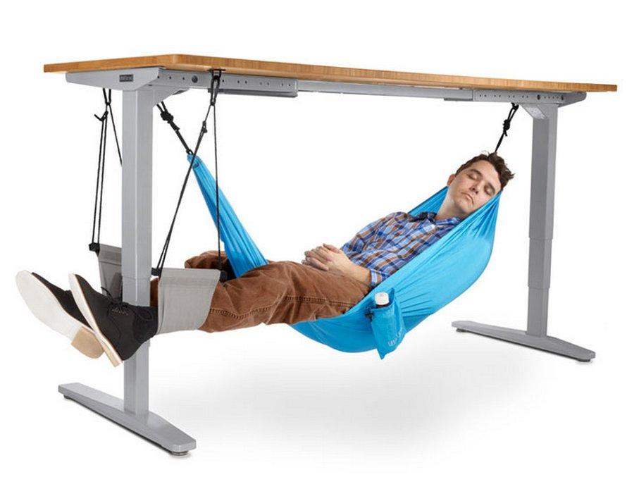 Ce hamac de bureau permet aux employés de prendre des pauses relaxes au travail