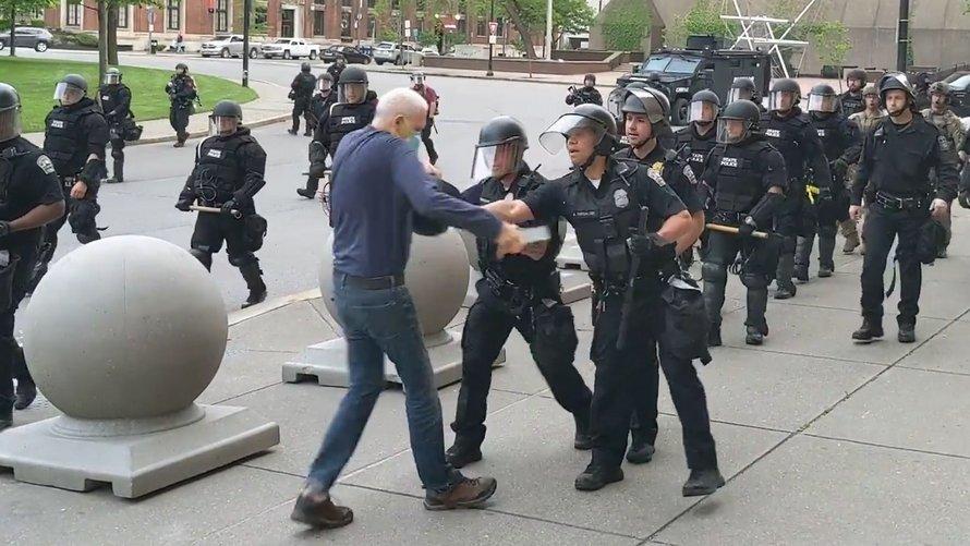 Le manifestant âgé poussé par des policiers a le crâne fracturé et ne peut pas marcher
